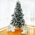 Bijelo božićno drvce sa snijegom